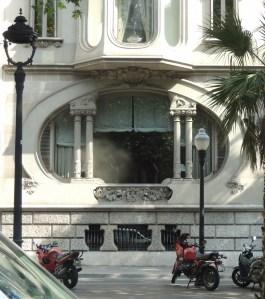 Ventana del edificio Pérez Samanillo, sede del Círculo Ecuestre.