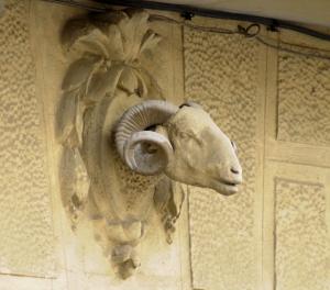 La escultura del carnero de la Casa del espejo